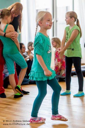 Kindertanz bei der Eröffnung des Outfaced Dance Studio